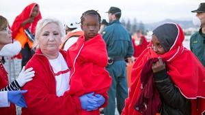 Inmigrantes de origen subsahariano,entre ellos al menos cuatro menores, a su llegada a Motril tras ser rescatados el pasado 2 de noviembre.