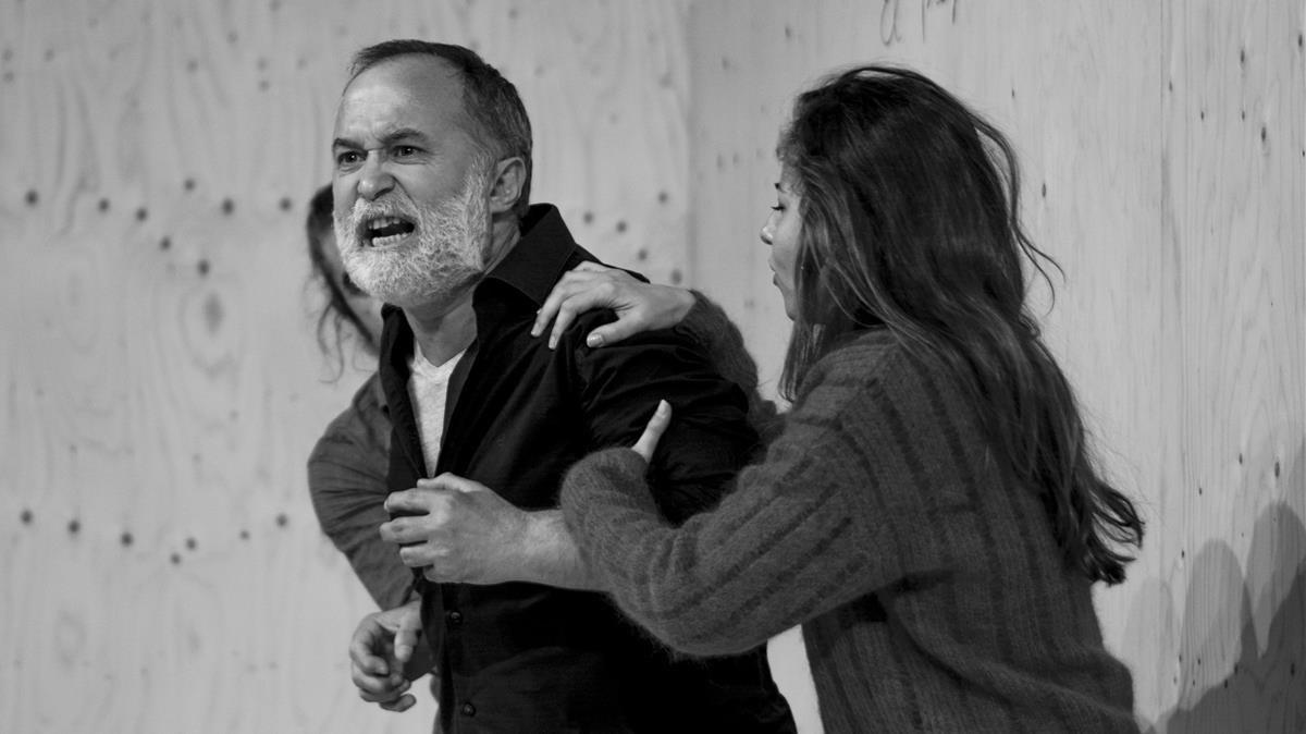 Luis Bermejo, con Ariadna Gil e Irene Escolar, en una escena de la obra.