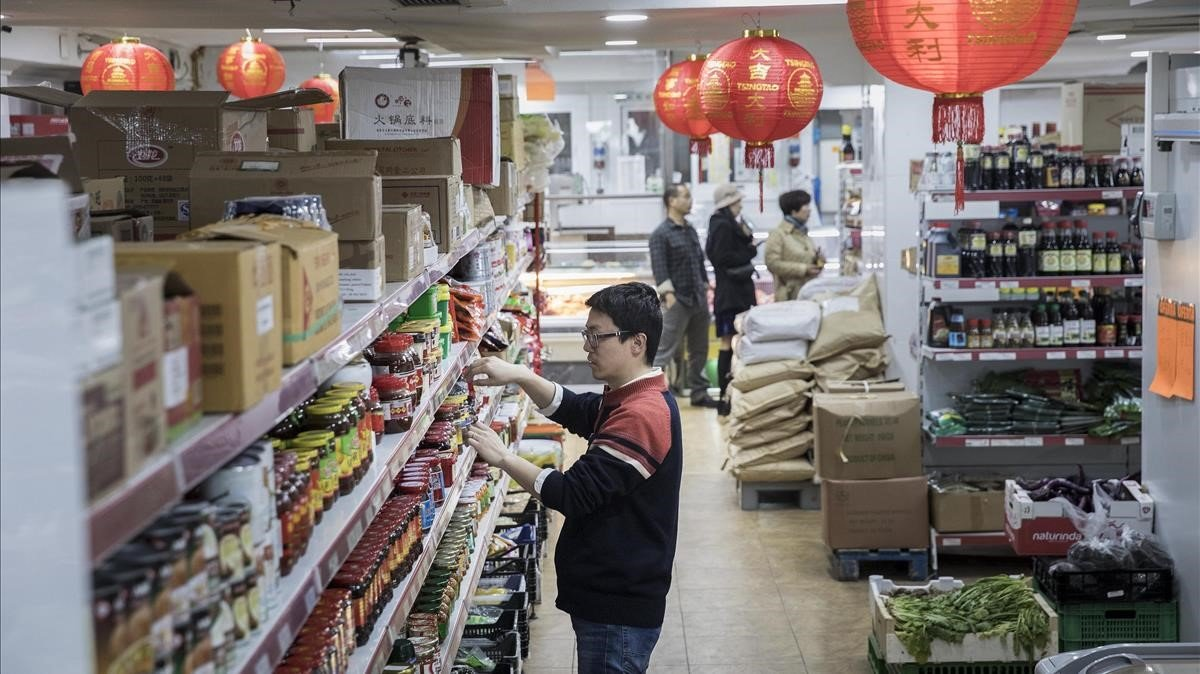 Interior de un establecimiento chino en el barrio de Fort Pienc de Barcelona.