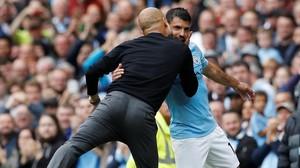 Guardiola felicita a Agüero después de sustituirlo.