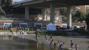 Un grupo de niños y adultos literalmente reconquista el Besòs durante la Mercè 2018.