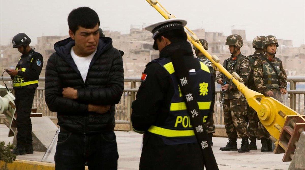Un control policial en la región de Xinjiang.