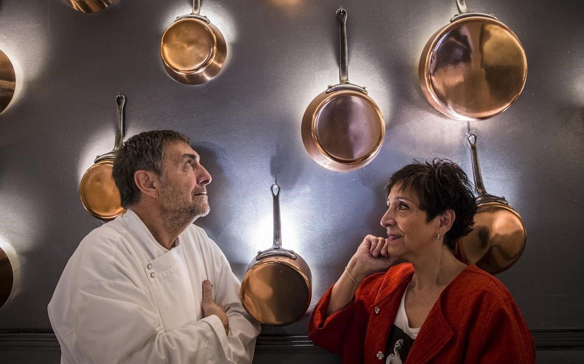 Josep Maria Freixa y Dori Riera, bajo las cazuelas de Freixa Tradició.