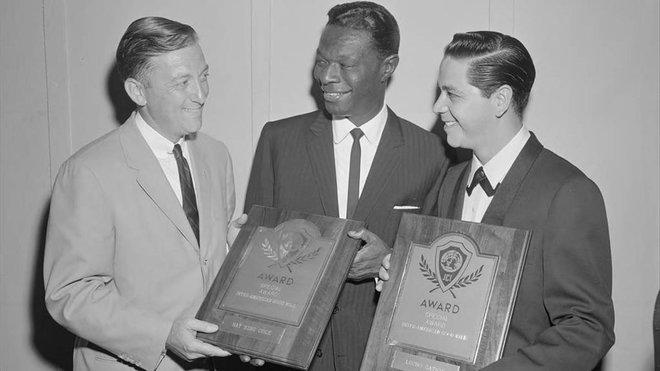 Lucho Gatica (derecha) y Nat King Cole (centro) reciben sendos premios, en Estados Unidos.