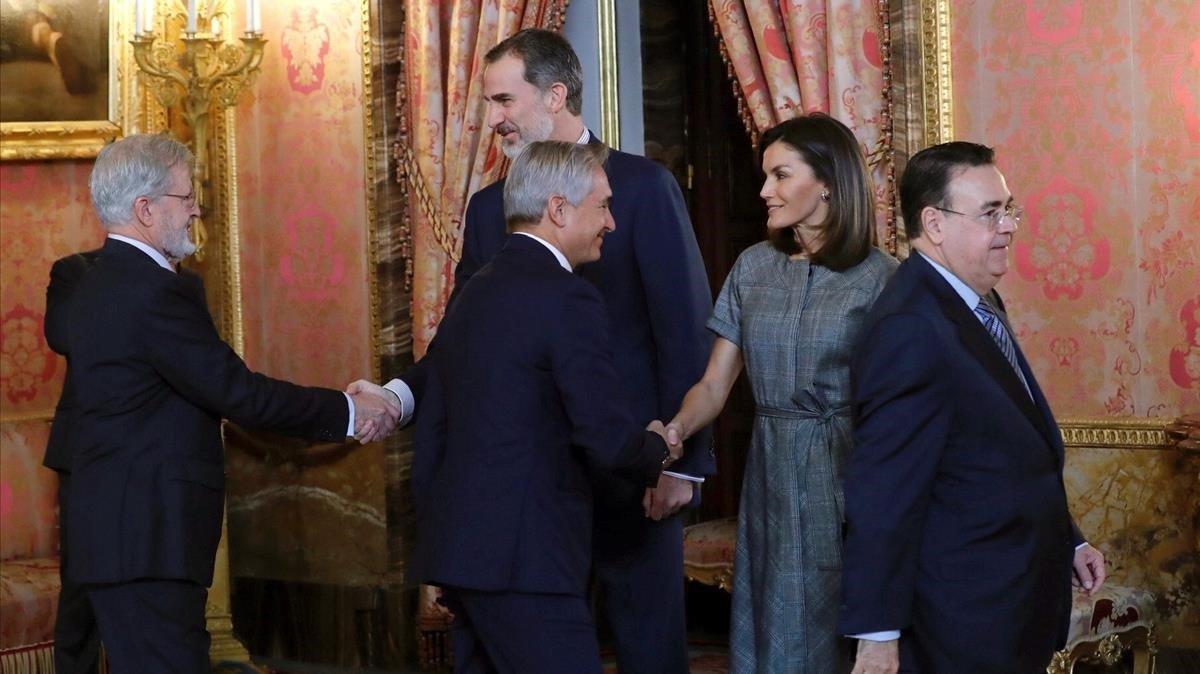 Los reyes saludan a miembros del patronato de la Fundació Princesa de Girona.