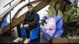 Dani Ruiz, sentado en una de las butacas de los pajes que acompañarán al rey Gaspar en el estreno de su nueva carroza.