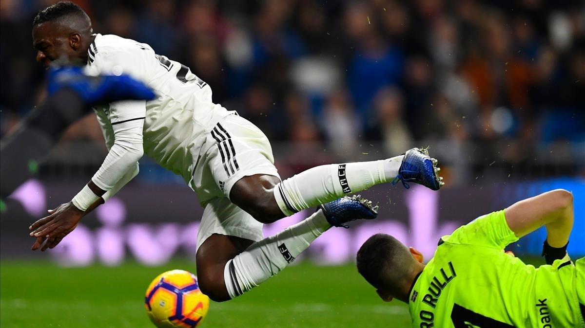 Rulli y Vinicius, en el partido Madrid-Real Sociedad.