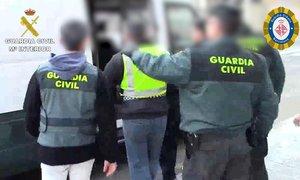 Agentes de la Guardia Civil, con uno de los detenidos.