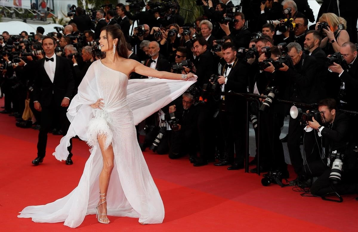 La modelo brasileña Alessandra Ambrosio posa para los medios durante el estreno de la película The dead dont die, del cineasta estadounidense Jim Jarmusch, que inaugura la 72 edición del Festival de Cannes. El festival se celebra del 14 al 25 de mayo.