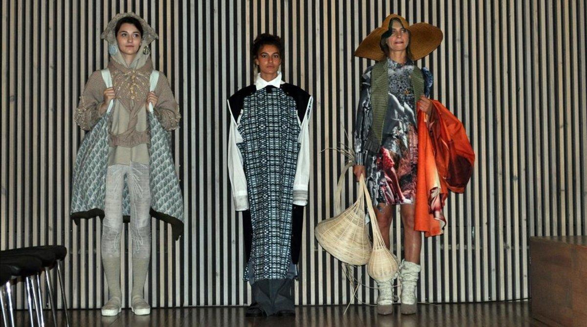 Tres modelos lucen creaciones hechas por alumnas de la escuela LCI Barcelona en el marco de la iniciativa B-SEArcular, que recupera plásticos del fondo del mar para convertirlos en tejidos.