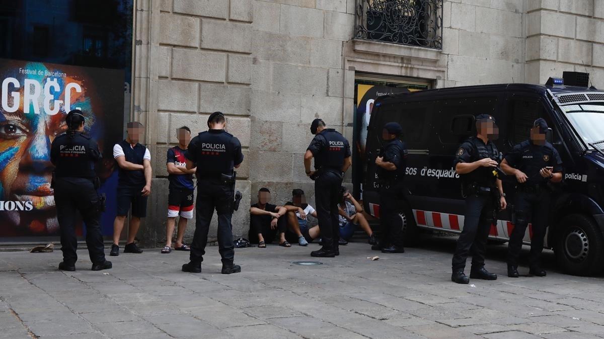Los Mossos identifican a varias personas ante el Palau de la Virreina, el jueves de la pasada semana.