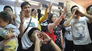 Els antigovernamentals arrasen a les urnes a Hong Kong