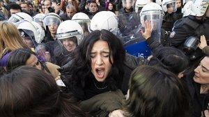 Policías turcos cargan contra las manifestantes contra la violencia machista en Estambul.