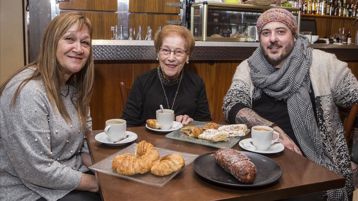 Sara Arriscado, Montserrat Fontané y Daniel Redondo, entre 'xuxos' y cruasanes en Can Roca, en Girona.