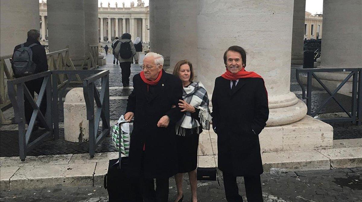 Raphael, junto a su esposa, Natalia Figueroa, y el padre Ángel, este lunes en Roma.