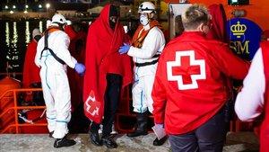 Llegada al puerto de Málaga de 63 inmigrantes subsaharianos rescatados por Salvamento Marítimo.