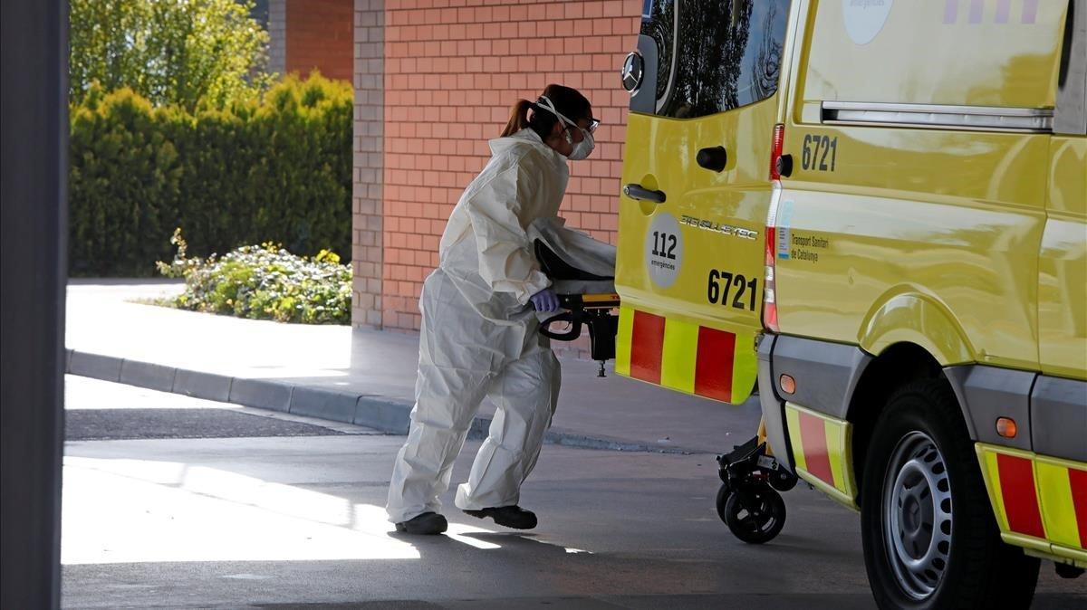 Una profesional sanitaria, en las urgencias del Hospital de Igualada.