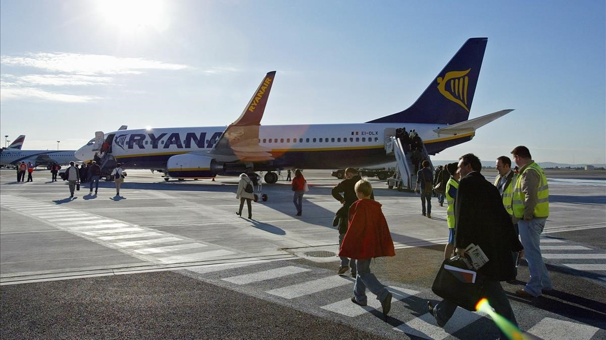 Pasajeros de Ryanair embarcan en el aeropuerto de Marsella.