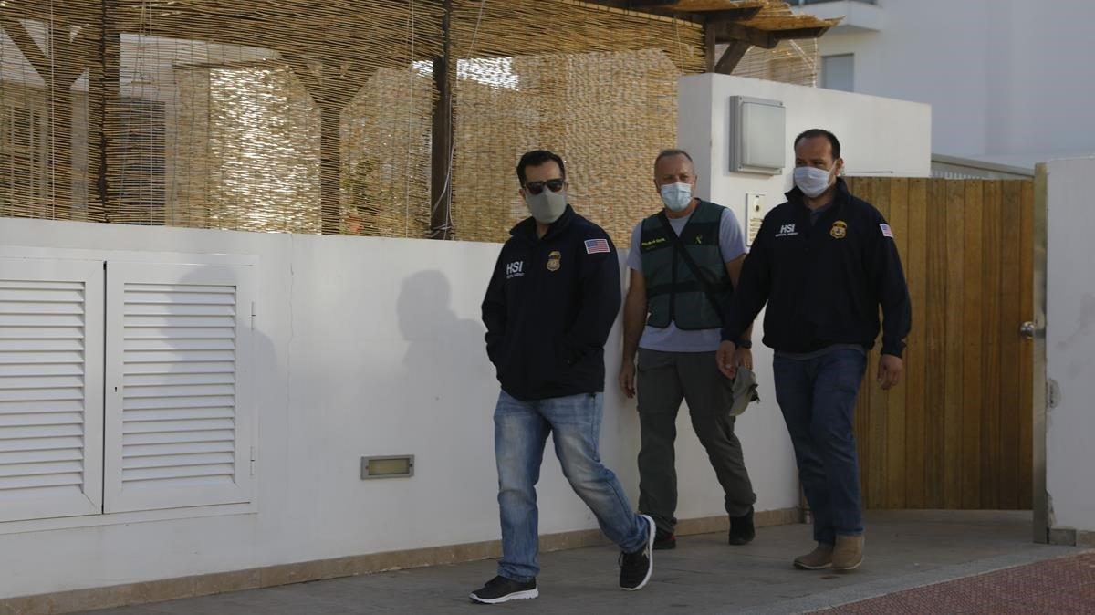 Los agentes en la calle Avestruz de la localidad ibicenca de Jesús.