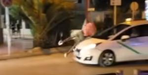 Un turista britànic drogat es llança contra un taxi en marxa a Eivissa