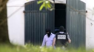 La Guardia Civil y la Policía francesa hallan un arsenal de armas y explosivos de ETA, en mayo del 2015, en un zulo de una vivienda en el centro de Biarritz, en el País Vasco francés.