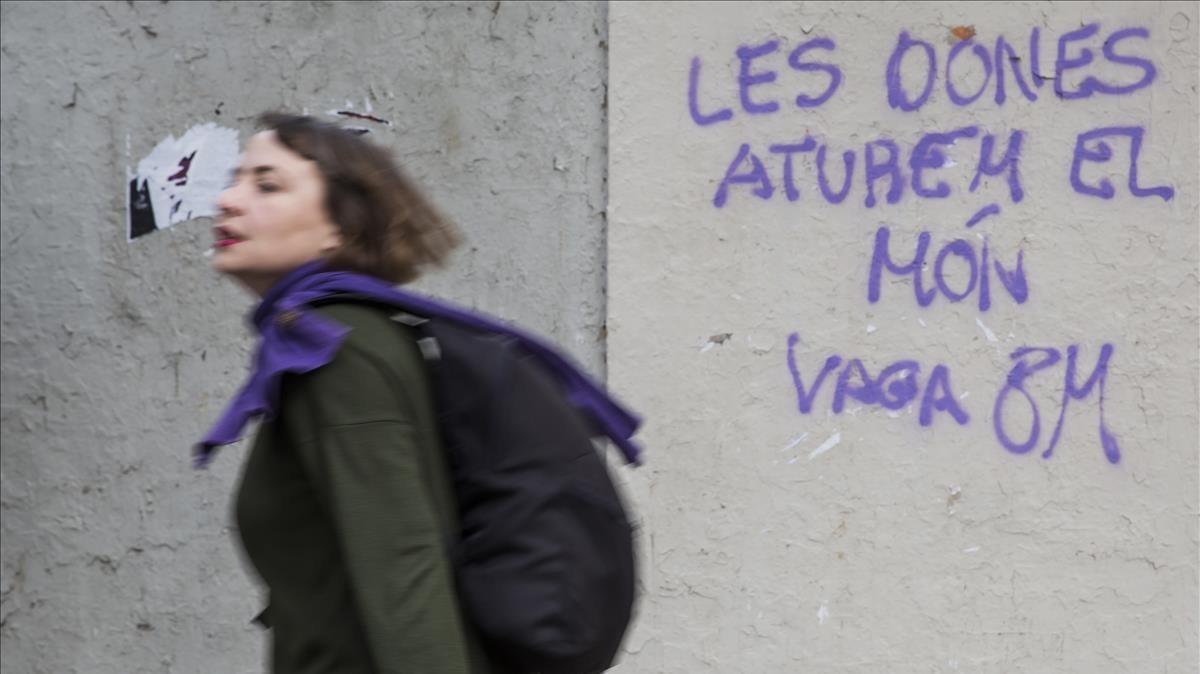 Pintada a favor de la huelga feminista en una calle de Valencia