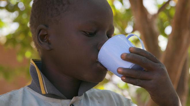 La falta d'aigua potable mata més nens que la violència | Vídeo