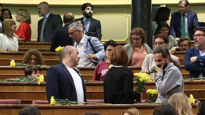 Els diputats d'ERC arriben al Congrés amb rams de flors grogues