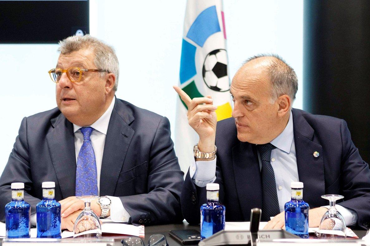 El presidente Javier Tebas (d) en la última asamblea de La Liga.