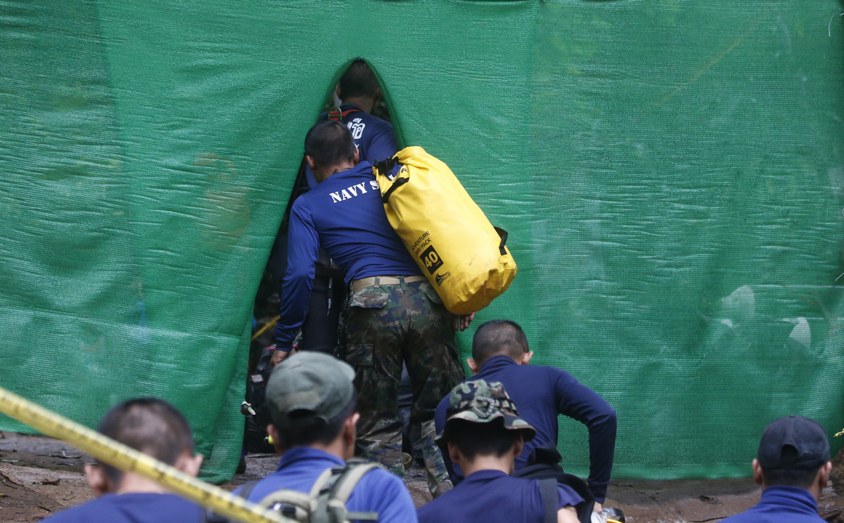 Uno de los buceadores entra en la cueva.