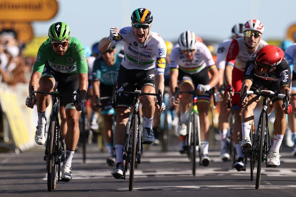 El ganador de la etapa Sam Bennett celebra la victoriaen la décima etapa del Tour.