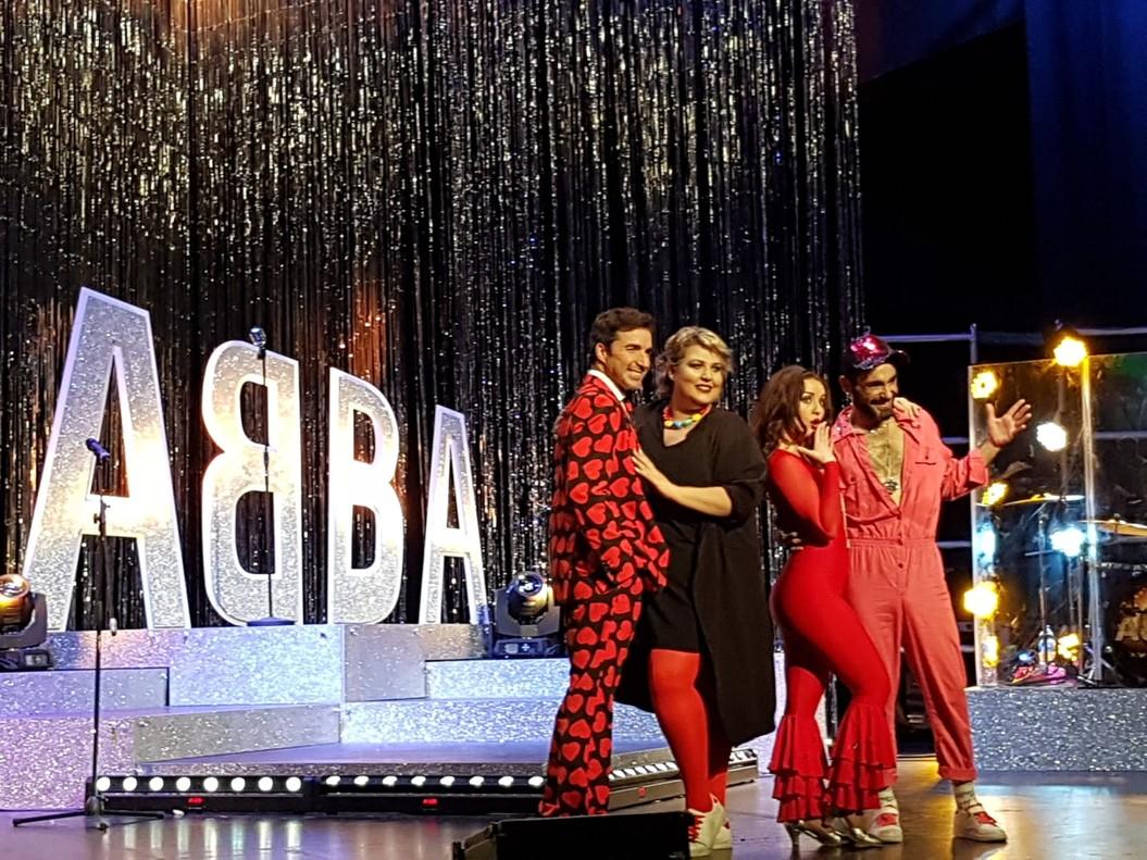 Los protagonistas de este musical que simula un programa de televisión en directo.
