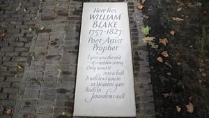 La nueva lápida de Blake, con un fragmento de Jerusalem, su poema más célebre.