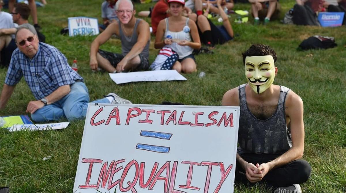 Activistas partidarios de Bernie Sanders reunidos antes del inicio de la Convención Demócrata, en Filadelfia, el 24 de julio.