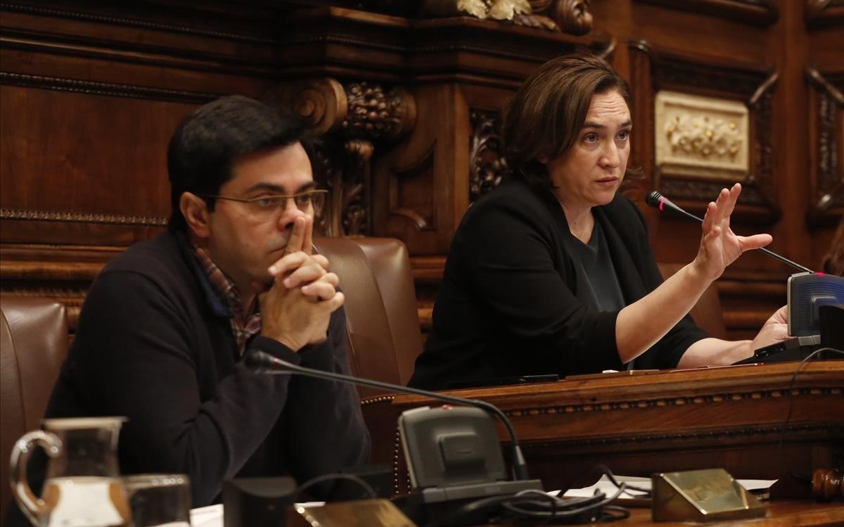 Ada Colau y Gerardo Pisarello, este jueves, durante el pleno del Ayuntamiento de Barcelona.