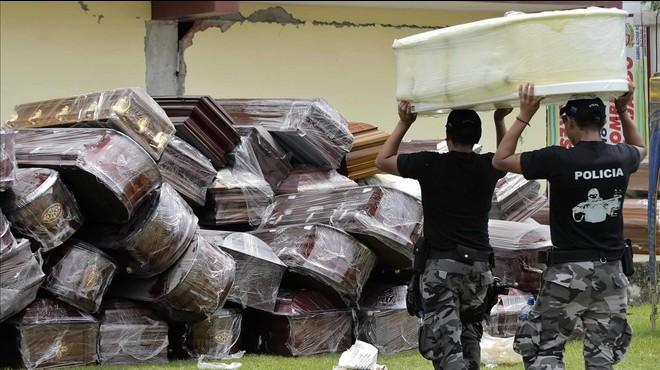 Zonas afectadas por el terremoto de Ecuador se quedan sin lugar para enterrar a los muertos