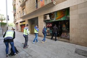 Agentes de la Policía Nacional entran en la sede de la Fundació Catmón. en mayo del 2018.