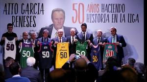 Aíto, junto con lascamisetas de los equipos a los que ha dirigido en el homenaje de este miércoles en Madrid