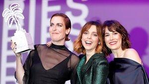 Aixa Villagrán, Leticia Dolera y Celia Freijeiro, con el premio en Cannes por Déjate llevar.