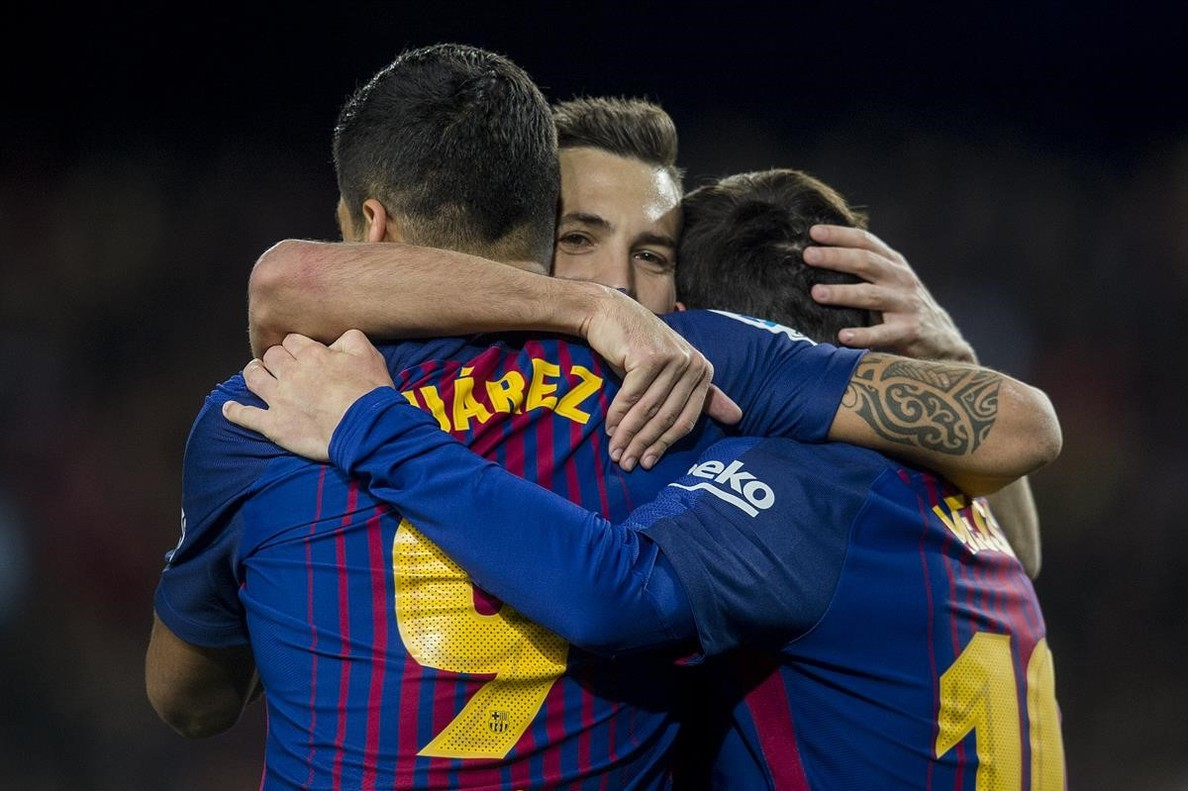 Alba, Messi y Suárez se abrazan tras uno de los goles ante el Celta.