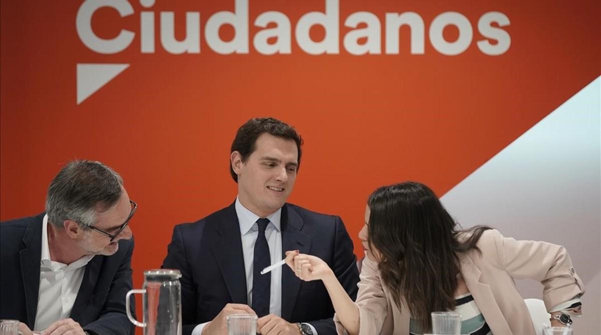 Albert Rivera, entre José Manuel Villegas e Inés Arrimadas, en una reunión de la ejecutiva.