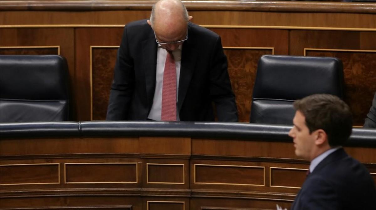 El líder de Ciudadanos, Albert Rivera, pasa ante el escaño del exministro de Hacienda, Cristóbal Montoro, el pasado 26 de abril en el Congreso.