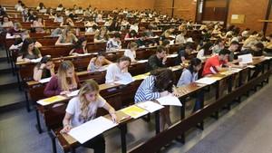 Alumnos examinándoseen la Facultad de Economía y Empresa.