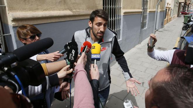 El jugador del Eldense, Guille Smitarello, a la salida de comisaría.