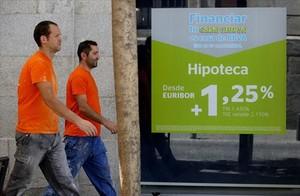 Un anuncio de hipotecas en el escaparate de una oficina bancaria, el pasado agosto en Madrid.