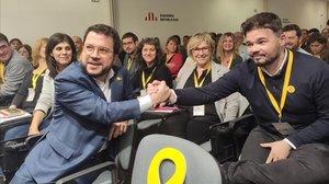 Aragonès y Rufián se felicitan tras la votación de ERC para validar el acuerdo queinvestirá a Sánchez.