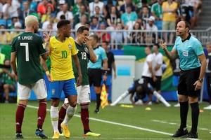 El árbitro internacional español Antonio Mateu Lahoz, en el México-Brasil del Mundial