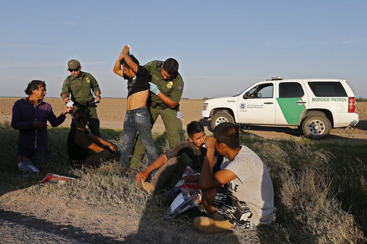 Los agentes fronterizos continúan arrestando un alto número de inmigrantes en comparación con el año pasado.
