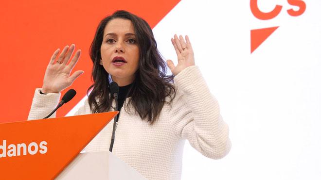 Arrimadas replica als barons del PSOE: «¿Cs hi ha de donar suport gratis i agenollar-se?»