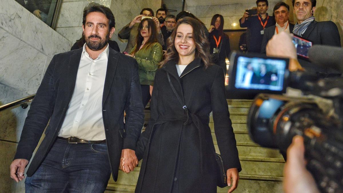Arrimadas, a su llegada a la sede electoral de Ciutadans, este jueves,acompañada de su marido.